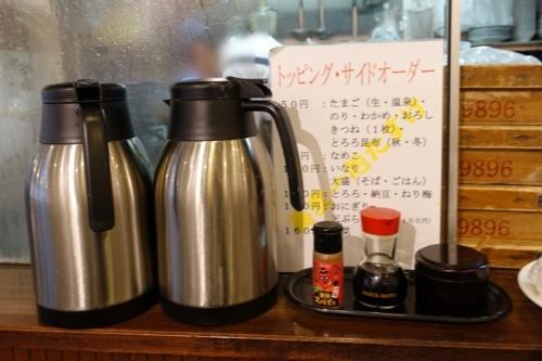 トッピング・サイドメニューの案内と蕎麦湯ポットと醤油、ハバネロ