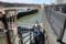 階段で羽村取水所に下りる