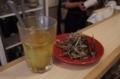 カウンター上のオリーブ油の調味料と煮干し揚げ