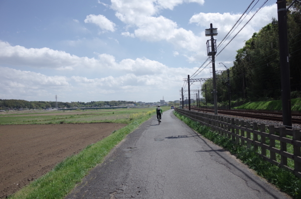 京成の線路沿いに佐倉駅方面へ