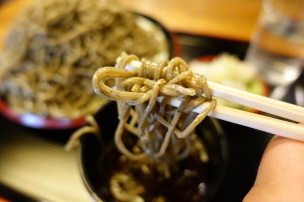 黒胡麻ダッタン蕎麦を手繰る