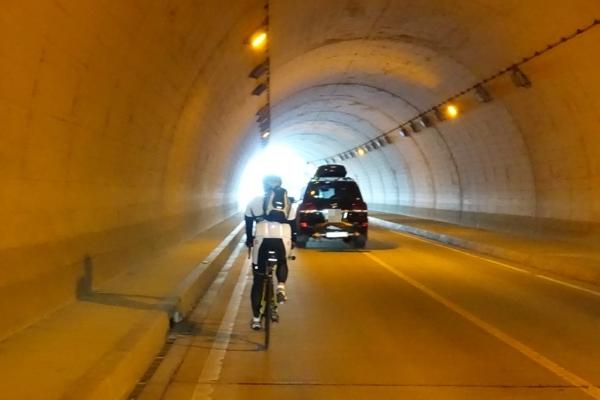 西湖と河口湖の間のトンネル