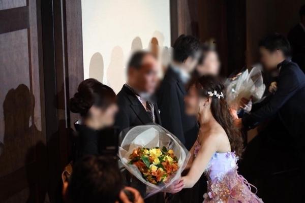 両親へ花束の贈呈