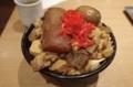 山盛のデラ肉めしに紅生姜