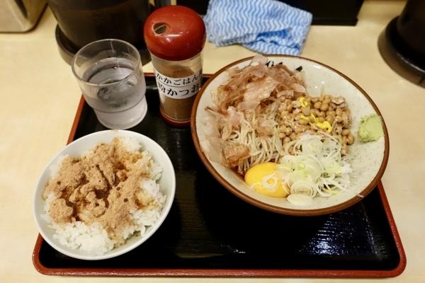 納豆そば【冷かけ】(490円)+半ライス【おかかご飯】(90円)
