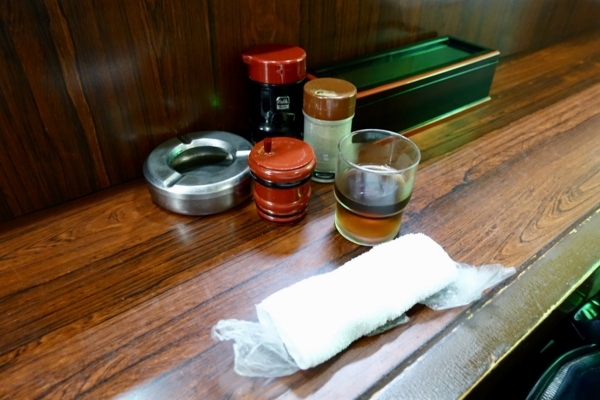 卓上の調味料と麦茶とおしぼりと灰皿