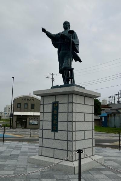 新しい佐原駅南口ロータリーの伊能忠敬像