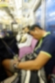 電車内で居眠りするゾウ