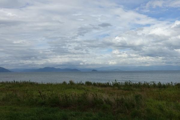 遠くに見える竹生島