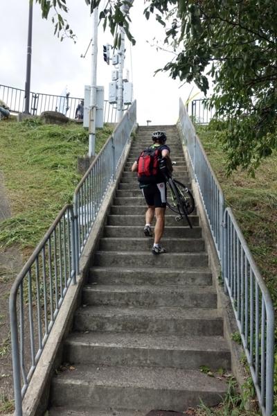 瀬田唐橋下より階段を上る