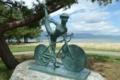 琵琶湖サイクリストの聖地碑の銅像