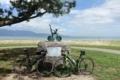 琵琶湖サイクリストの聖地碑とチャリ二台