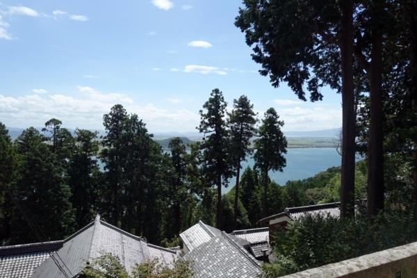 境内から琵琶湖を見下ろす