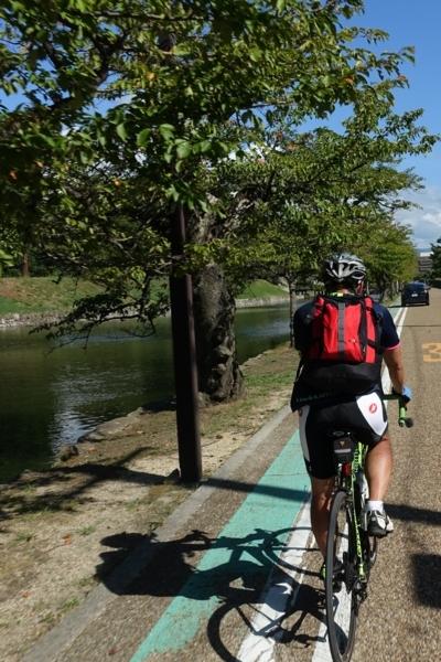 彦根城内内堀沿いを走る