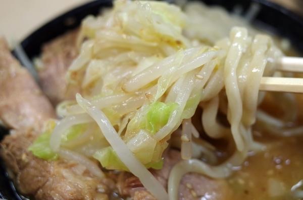 味噌つけ汁に麺を絡める