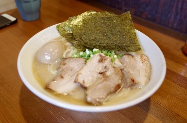 豚骨しょうゆらーめん(750円)