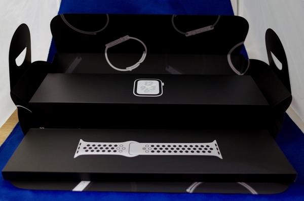 Apple Watch series 4 の箱を開く