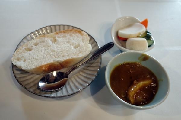 サービスのカレーとパン