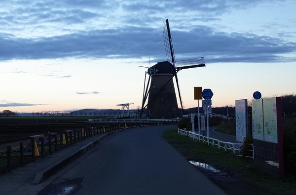 夕暮れの佐倉ふるさと広場のオランダ風車