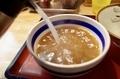 ポットのスープを注ぐ