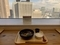 窓の景色と都庁ラーメン