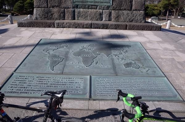 記念碑下のレリーフ