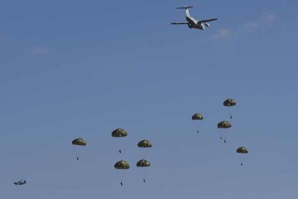 C-130とパラシュート
