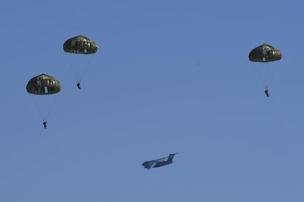 C-2と落下傘