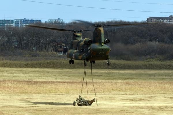 155mm榴弾砲を下すCH-47
