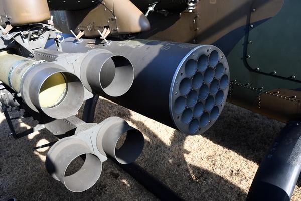 ロケット弾ポッドとTOW対戦車ミサイル発射機