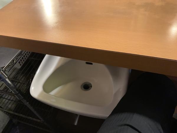 左の奥の席の下
