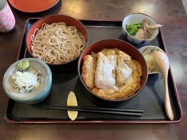 カツ丼セット[冷たい蕎麦](940円)蓋なし