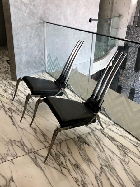 奇妙なデザインの椅子