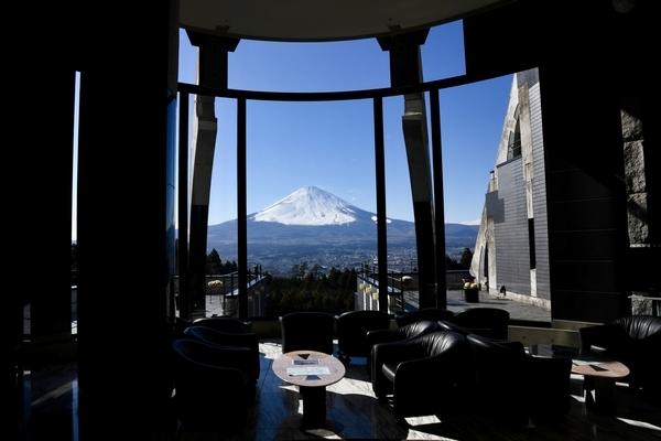 玄関ロビーから正面に見える富士山