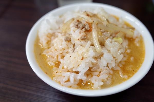 台湾ラーメンのスープをライスにかける