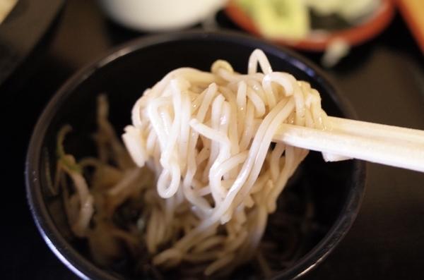 更科蕎麦を鯖出汁で手繰る