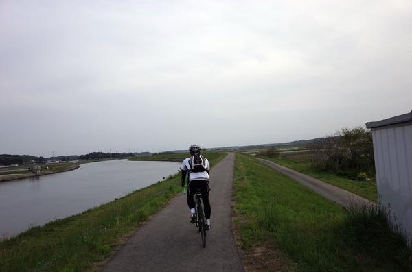 涸沼川西岸の舗装路を走る
