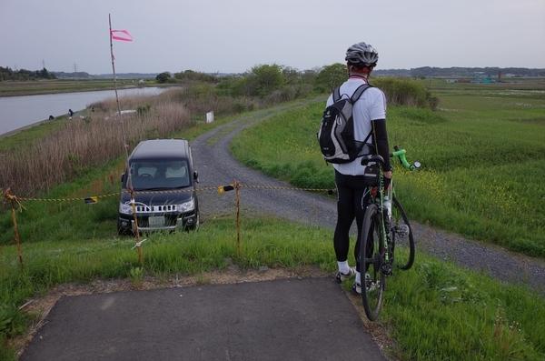 突然終わってしまった涸沼川西岸のサイクリングロード