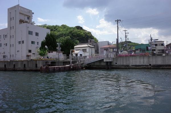 航路中央から西渡船場を振り返る