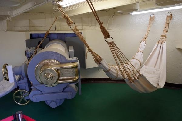 砲撃室とハンモック