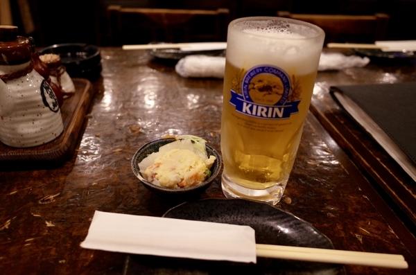 生ビール(470円)とお通しのポテサラ(300円)