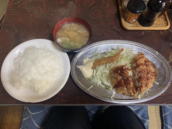 本日の日替りランチ【メンチカツとエビフライ盛合せ】(870円)
