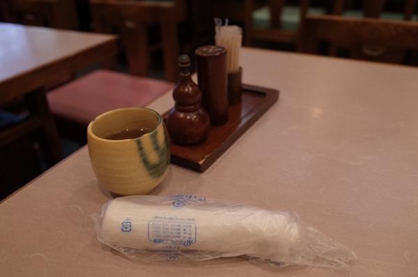 卓上の調味料とお茶とおしぼり