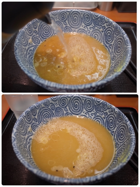 ポットの蕎麦湯を注ぐ