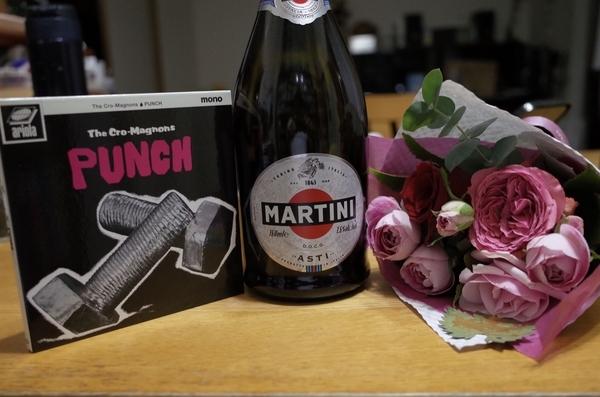 クロマニヨンズのニューアルバムとシャンパンと花束