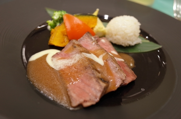 国産黒毛和牛のグリエ柚子胡椒の和風ソース季節の温野菜とご飯