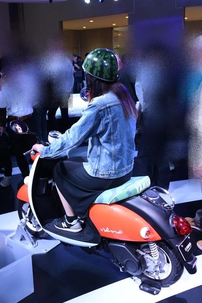 ヤマハ E-Vinoとスイカ柄のヘルメット