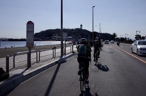 江の島大橋を渡り江ノ島を目指す