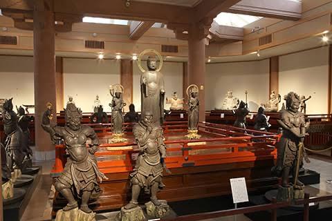 鎌倉国宝館内