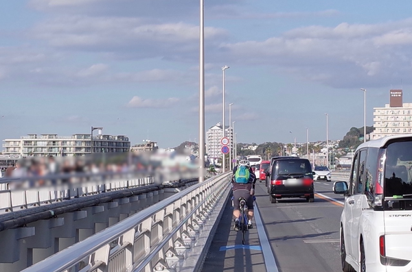 江の島大橋を渡る